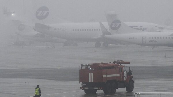 Пожарная машина в аэропорту Внуково, недалеко от места крушения легкомоторного самолета Falcon. Архивное фото
