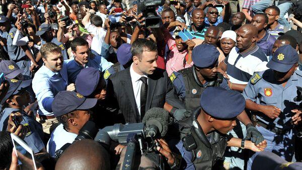Южноафриканский легкоатлет-ампутант Оскар Писториус возле здания суда. Архивное фото