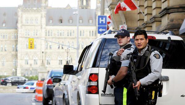 Полицейское оцепление возле здания парламента Канады в Оттаве