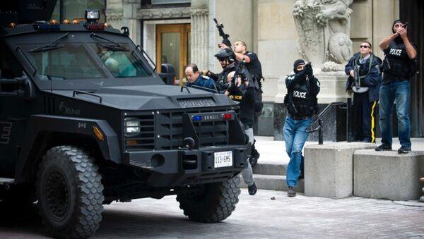 Полицейское сопровождение во время эвакуации служащих из здания парламента Канады в Оттаве