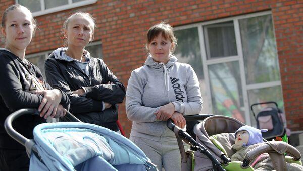 Женщины с детьми в лагере беженцев из юго-восточных областей Украины в поселке Красный десант Ростовской области. Архивное фото.