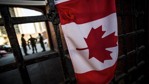 Канадский флаг висит у военного мемориала недалеко от здания парламента Канады