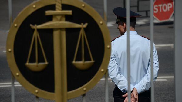 Сотрудник полиции у здания Мосгорсуда, архивное фото