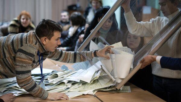 Подсчет голосов по результатам выборов в Верховную раду Украины. Архивное фото