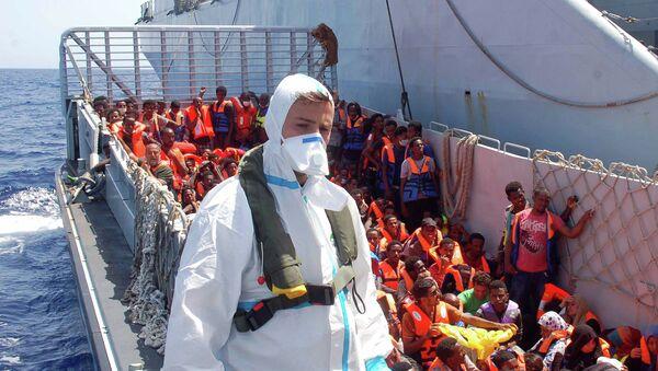 Корабль с мигрантами в Средиземном море. Архивное фото