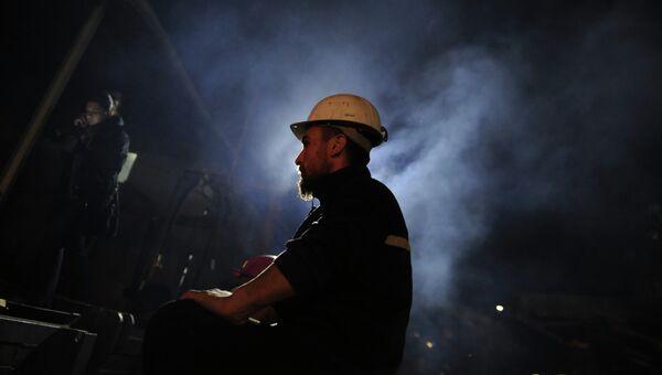 Турецкий шахтер у входа в угольную шахту. Архивное фото