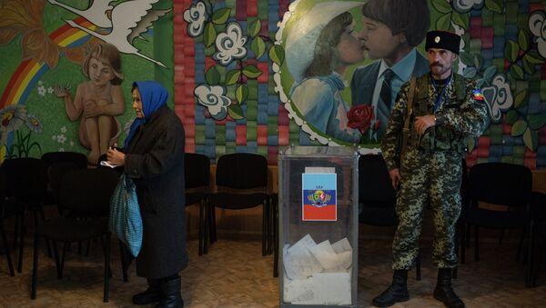 Жители Луганской области голосуют на досрочных выборах в парламент Украины в поселке Володарск