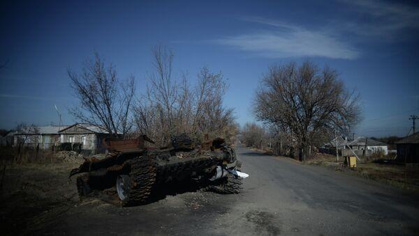 Сгоревший украинский танк в поселке Новосветловка в Луганской области