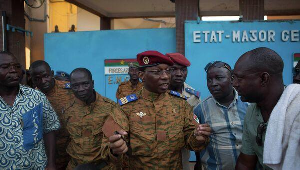 Спикер армии Буркина-Фасо говорит с протестующими