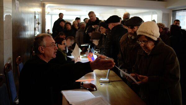 Жители Луганска голосуют на выборах