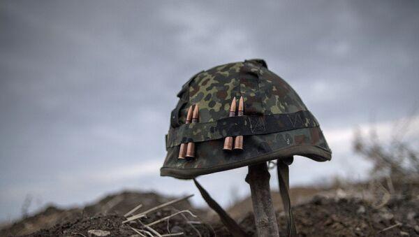 Каска одного из ополченцев Луганской народной республики, архивное фото