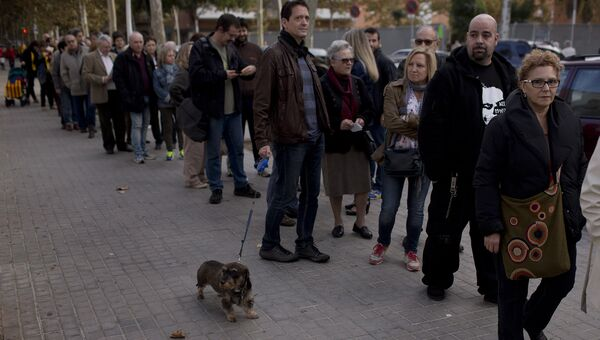 Очередь на участок для голосования в Испании. Архивное фото