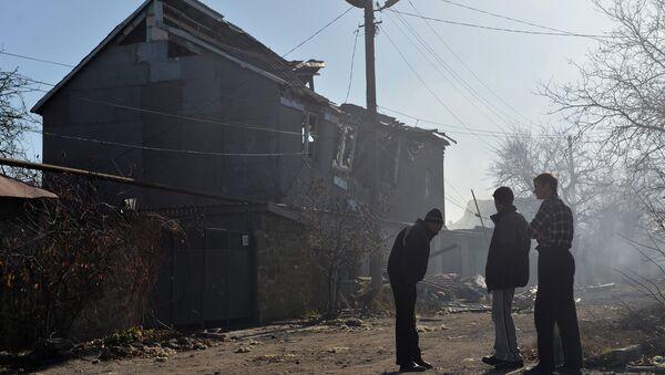 Жители Донецка у дома, разрушенного в результате артиллерийского обстрела. Архивное фото