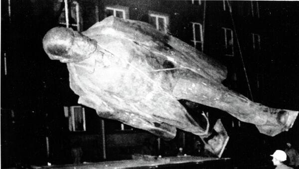 Демонтаж памятника Владимиру Ленину в городе Нова Хута, Польша