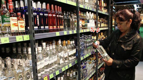 Покупательница в отделе алкогольной продукции в магазине. Архивное фото