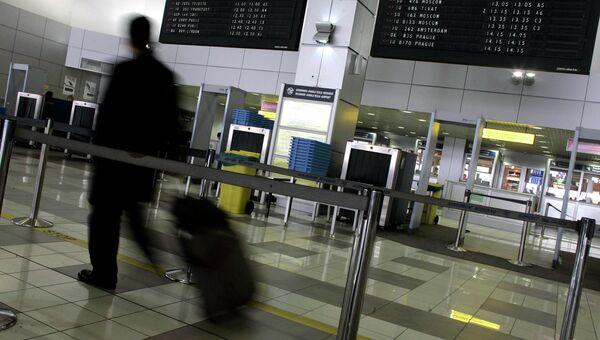 Человек в одном из терминалов Аэропорта. Архивное фото