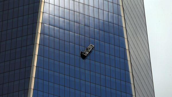 Сотрудники пожарной службы Нью-Йорка освободили из ловушки двух мойщиков окон, застрявших на уровне 69 этажа Всемирного торгового центра