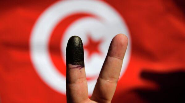 Жест V на фоне тунисского флага. Архивное фото