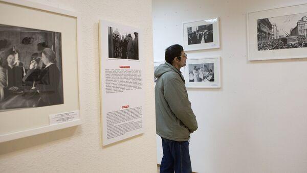 Посетитель рассматривает работы фотографа Анатолия Гаранина во время открытия выставки Анатолий Гаранин. Советский Союз