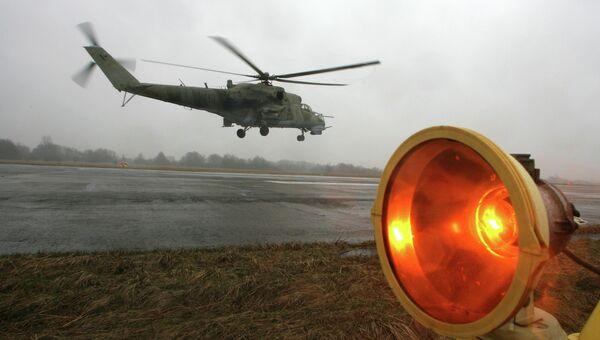 Вертолет МИ 24 взлетает во время учебно-тренировочных полетов. Архивное фото