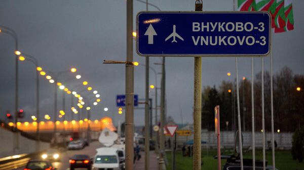 Дорожный указатель на аэропорт Внуково. Архивное фото