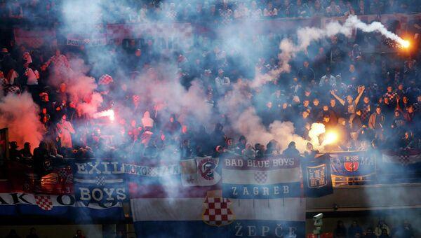 Болельщики сборной Хорватии по футболу бросают ракетницы с трибун