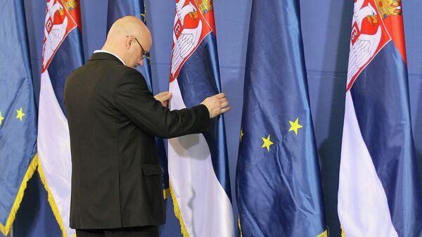 Флаги Сербии и Евросоюза. Архивное фото