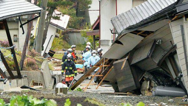 Спасатели на месте землетрясения в Нагано, Япония