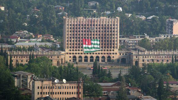 Вид на здание парламента республики Абхазия в Сухуме