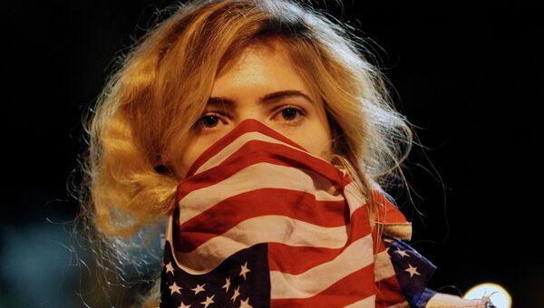 Девушка во время митинга возле штаб-квартиры департамента полиции Лос-Анджелеса. Архивное фото.