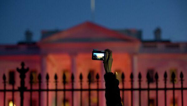 Турист фотографирует Белый дом США в Вашингтоне
