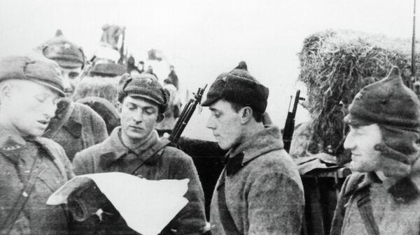 Бойцы Красной Армии читают газету