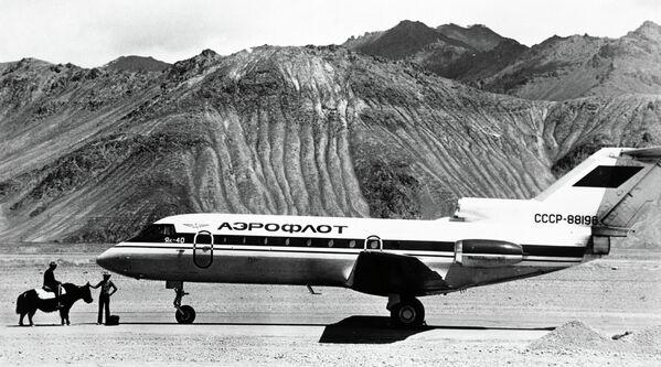 Самолет ЯК-40 и вьючный як