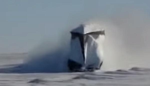 Поезда рассекают снег
