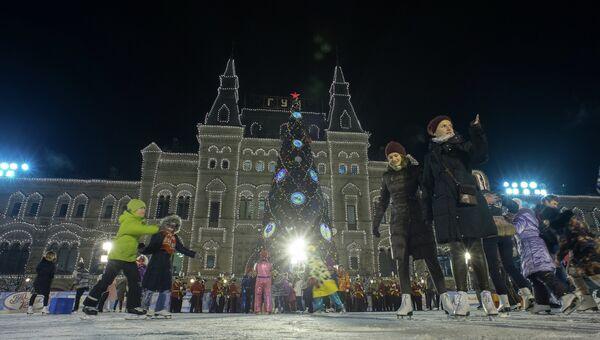 Посетители на катке на Красной площади Москвы. Архивное фото