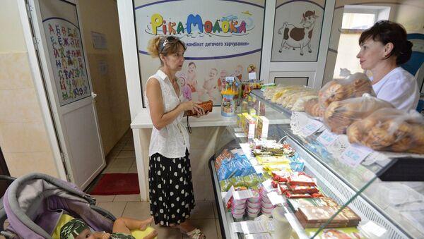 Посетитель с ребенком в магазине Макеевки. Архивное фото