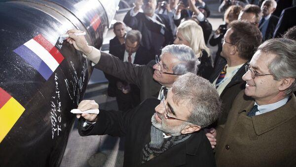 Акционеры и партнеры проекта ОАО Газпром расписываются на первом стыке трубы во время церемонии запуска проекта по строительству газопровода Южный поток в Анапе