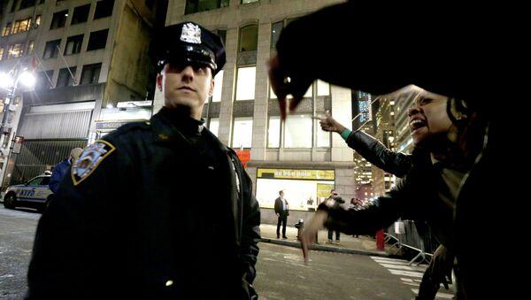 Полицейский и протестующие в США, архивное фото.