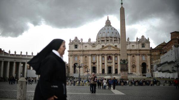 Вид на собор и площадь Святого Петра в Ватикане