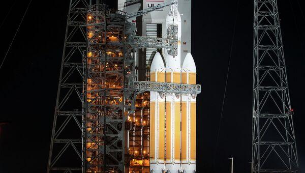 Космический корабль Orion и тяжелая ракета-носитель Delta-4 на стартовой площадке. Архивное фото
