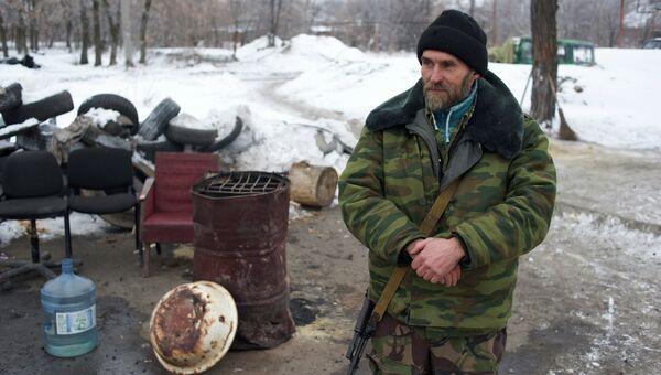Ополченец на блок-посту в Первомайске. Архивное фото