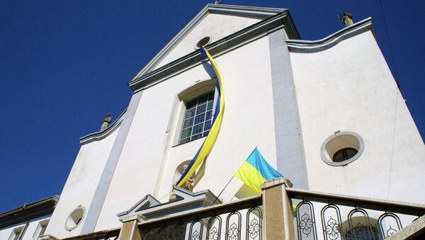 Национальный флаг на здании города Винница, Украина. Архивное фото.
