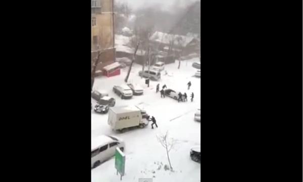 Суровая русская зима, или Игра в боулинг автомобилями