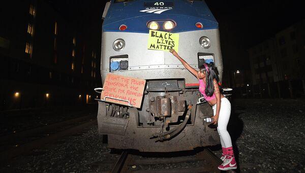 Протестующие против произвола полиции остановили поезд в Калифорнии, США. 9 декабря 2014