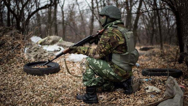 Украинский военнослужащий, принимающий участие в столкновениях на востоке Украины. Архивное фото