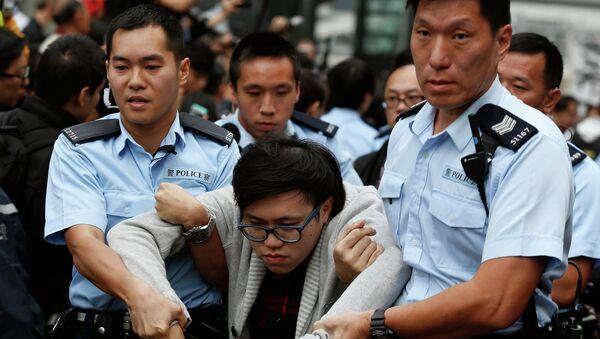 Полиция задерживает демонстрантов в Гонконге. 11 декабря 2014