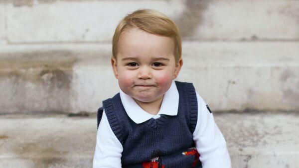 Британский принц Джордж позирует фотографу во дворе в Кенсингтонском дворце в Лондоне. Архивное фото