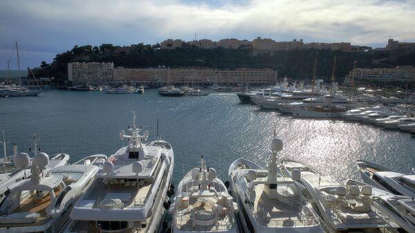 Порт Эркюль, княжество Монако, на втором плане город Монако-Вилль