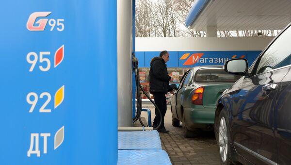 Мужчина заправляет свой автомобиль на одной из автозаправочных станций Газпромнефть. Архивное фото