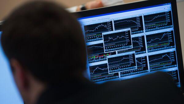 Сотрудник в офисе московской биржи ММВБ-РТС. Архивное фото